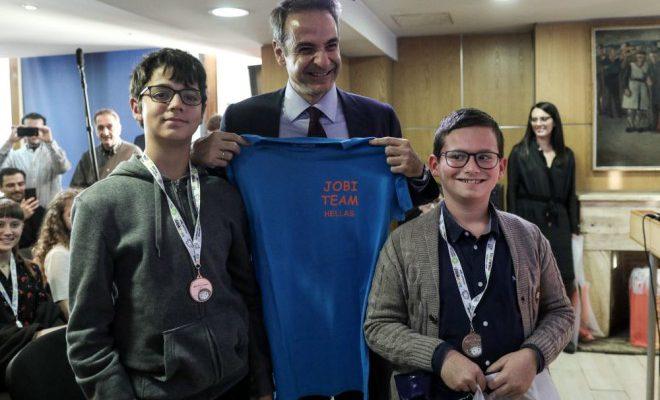 Παιδιά που διακρίθηκαν στη Ρομποτική βράβευσαν, πρωθυπουργός και υπουργοί