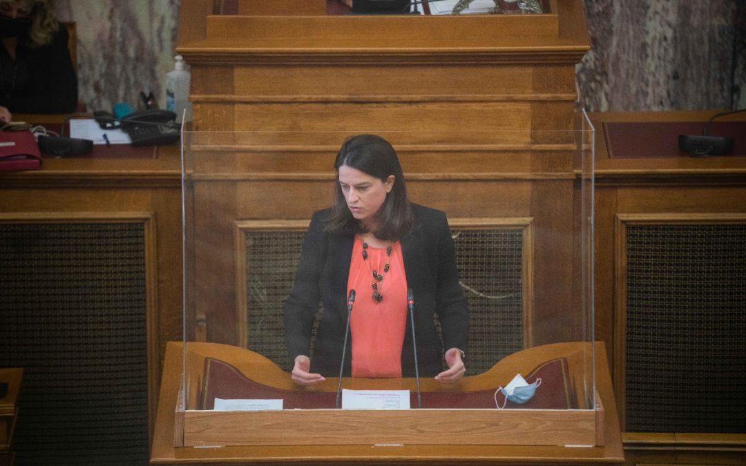 Νίκη Κεραμέως: «Το μεγαλείο λαϊκισμού του ΣΥΡΙΖΑ: υπόσχεται σε όλους ένα πτυχίο, ασχέτως αν μπορούν να το αποκτήσουν, με αβέβαιο αντίκρισμα στην αγορά εργασίας»
