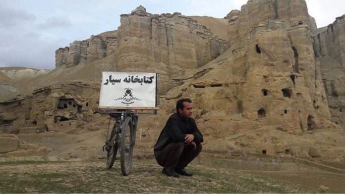 Ο δάσκαλος που μετέφερε με ποδήλατο βιβλία σε χωριά του Αφγανιστάν