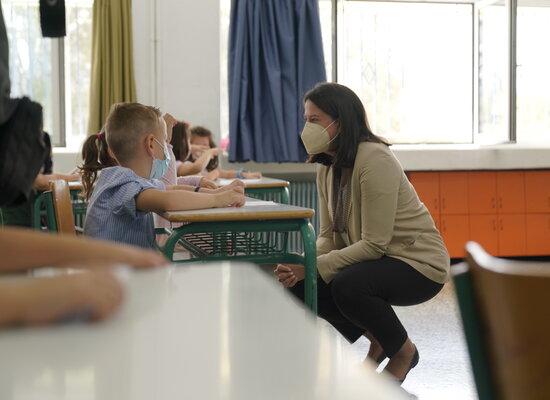 «Πρώτη ημέρα στα σχολεία με τήρηση μέτρων και αισιοδοξία»_Η Νίκη Κεραμέως στο 87ο Δημοτικό Σχολείο Θεσσαλονίκης